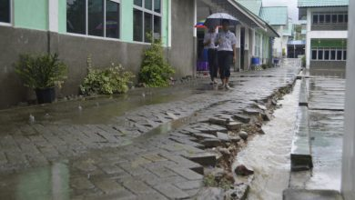 Photo of Hujan, Santri MSBS Tetap Beribadah